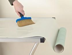 appliquer de la colle sur le papier peint