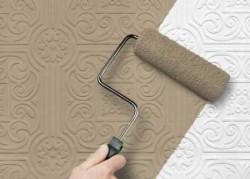 application de papier peint avec un rouleau à peinture