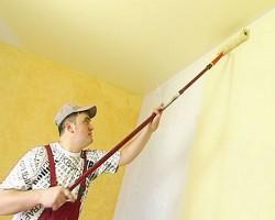 peinture des murs jaune avec un rouleau