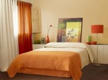 rideaux orange dans la chambre