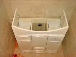 installation d'un lavabo sur un piédestal