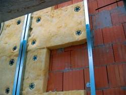 isolation des murs de la maison avec de la laine minérale