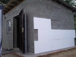 isolation des murs de la maison avec de la mousse
