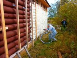 isolation des murs de la maison avec de la mousse de polyuréthane