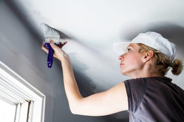 7 conseils pour blanchir le plafond et les murs avec de la chaux, de la craie et de la peinture à l'eau