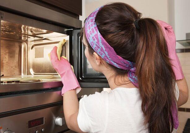 6 façons de nettoyer votre micro-ondes à la maison rapidement