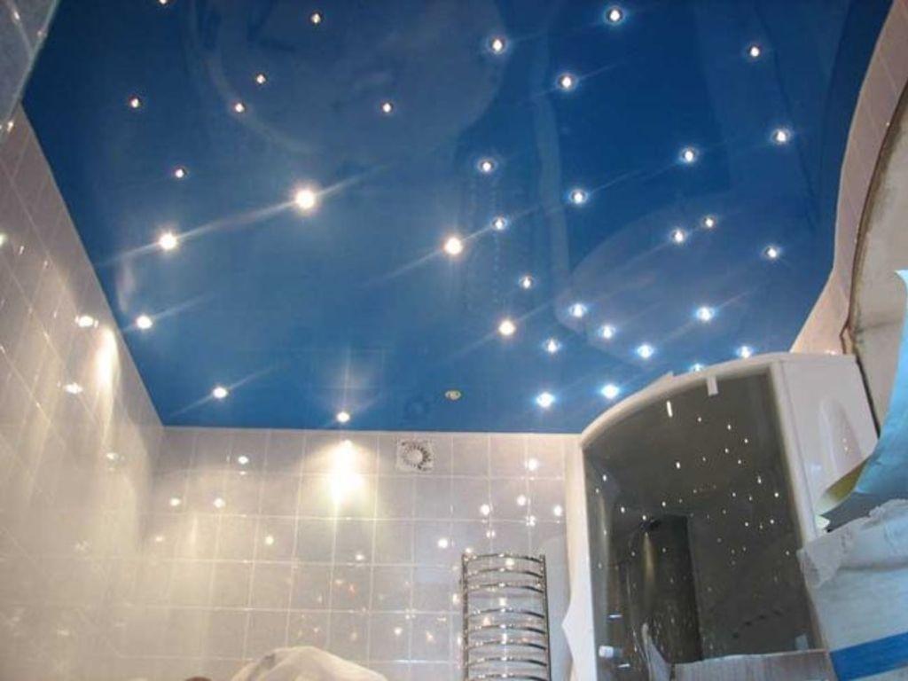 10 matériaux pour décorer le plafond de la salle de bain